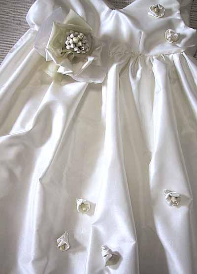 タイシルクで作ったウエディングドレスは軽くてしなやか、長時間身に付けていても疲れません。結婚式、披露宴であなたを最高に輝かさせてくれます。